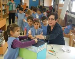 Les documentalistes Pavla et Nada guident les élèves dès la petite section